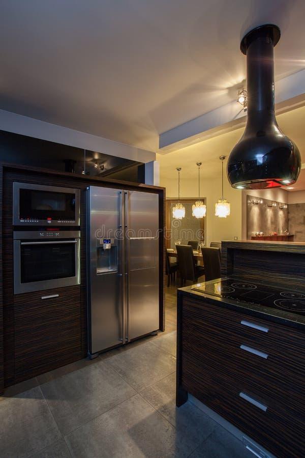Karminrotes Haus - Küche stockbild