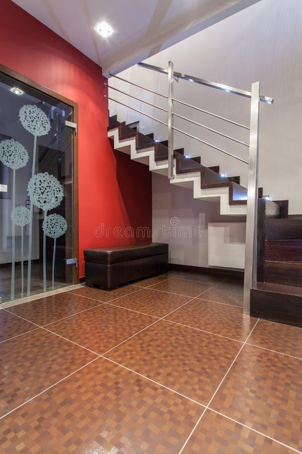 Karminrotes Haus - schöne Treppen lizenzfreie stockfotos