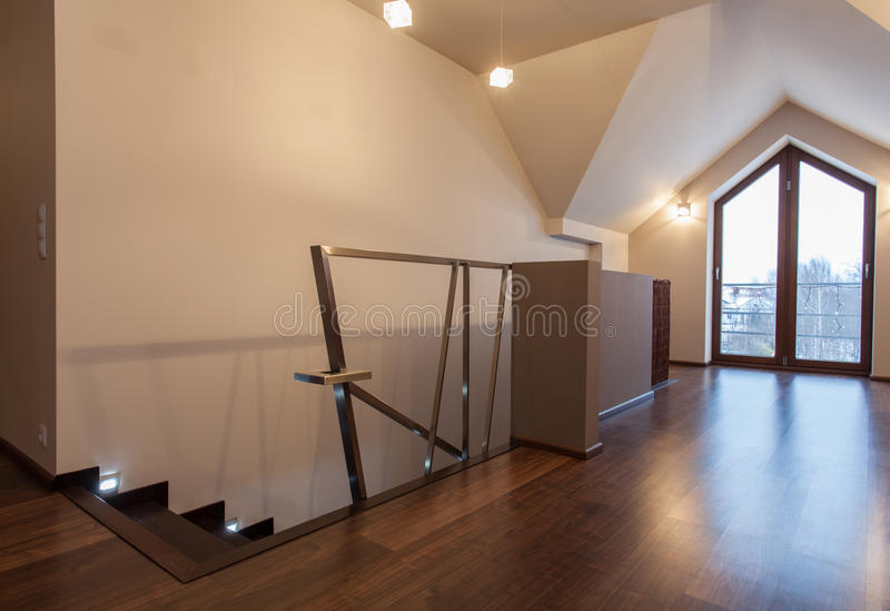 Karminrotes Haus - zeitgenössischer Dachboden stockbild
