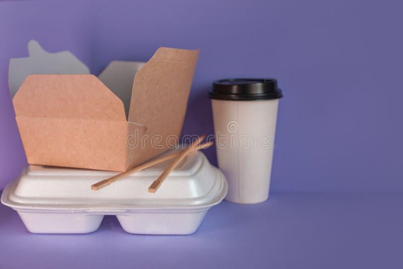 Karmowa dor?czeniowa us?uga od restauracji i kawiarni Azjatycka i azjata kuchnia, r??ni naczynia bra? daleko od fotografia stock