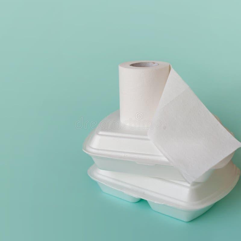 Karmowa dostawa, niska jako?? problemy Karmowi zbiorniki i papier toaletowy rolka zdjęcie stock