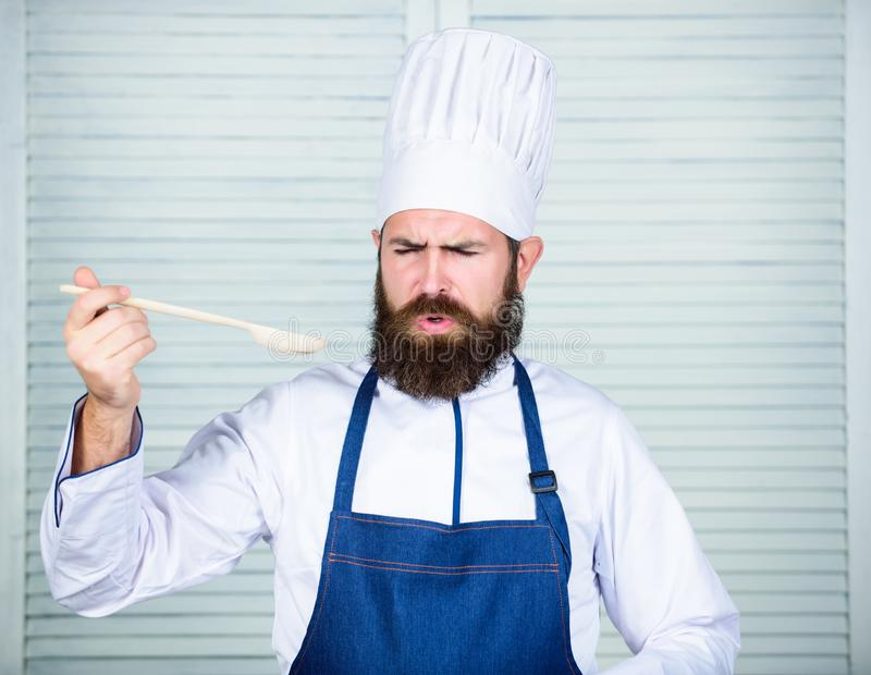 Karmowa estetyka Brodaty mężczyzny kucharz w kuchni, kulinarnej Dieting i żywność organiczna, witamina Szefa kuchni mężczyzna w k zdjęcie stock