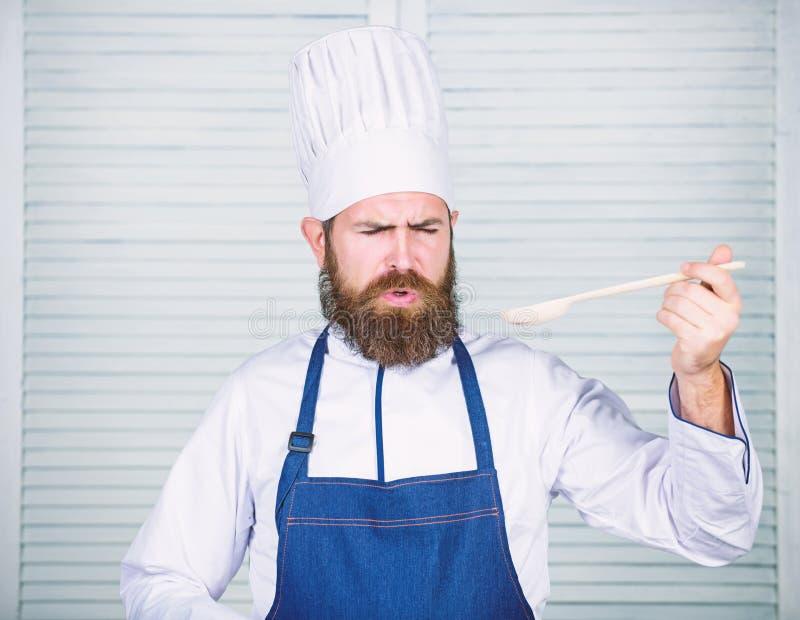 Karmowa estetyka Brodaty m??czyzny kucharz w kuchni, kulinarnej Dieting i ?ywno?? organiczna, witamina Szefa kuchni m??czyzna w k fotografia royalty free