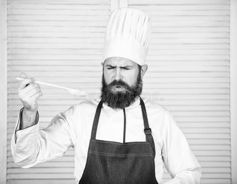 Karmowa estetyka Brodaty m??czyzny kucharz w kuchni, kulinarnej Dieting i ?ywno?? organiczna, witamina Szefa kuchni m??czyzna w k obrazy stock