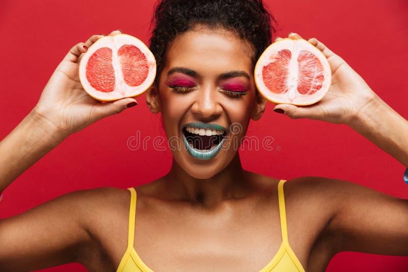 Karmowa mody fotografia zadowolona afro amerykańska kobieta ma zabawę h obrazy stock