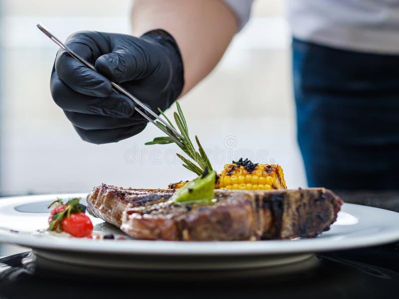 Karmowa stylista praca dekoruje posiłek kulinarną sztukę obraz stock