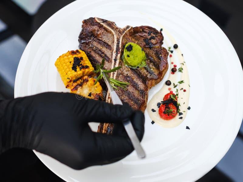 Karmowa stylista praca dekoruje posiłek kulinarną sztukę zdjęcie stock