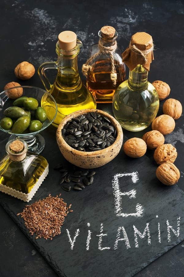 Karmowa zawiera witamina E Nafciany i ziarno bogaci w witaminie E Selekcyjna ostrość zdjęcie stock