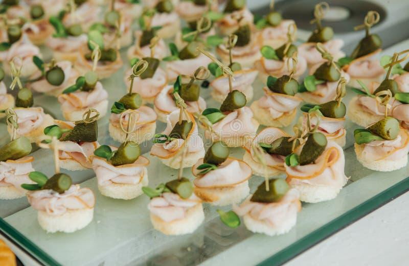 Karmowego canapes kanapki udziału stojaka korporacyjny przyjęcie obrazy royalty free