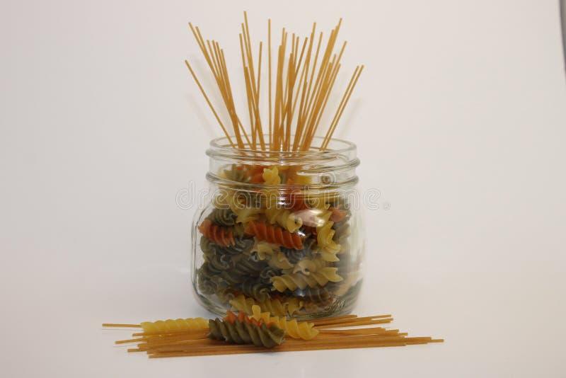 Karmowego koloru makaronu zbiornik i jedzenie zdjęcia stock