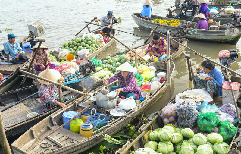 Karmowego sprzedawcy sprzedawania kluski na łodzi obrazy royalty free