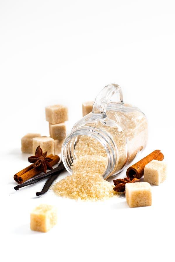 Karmowego tła brown cukier, waniliowi strąki, cynamonowy kij i st, obraz stock