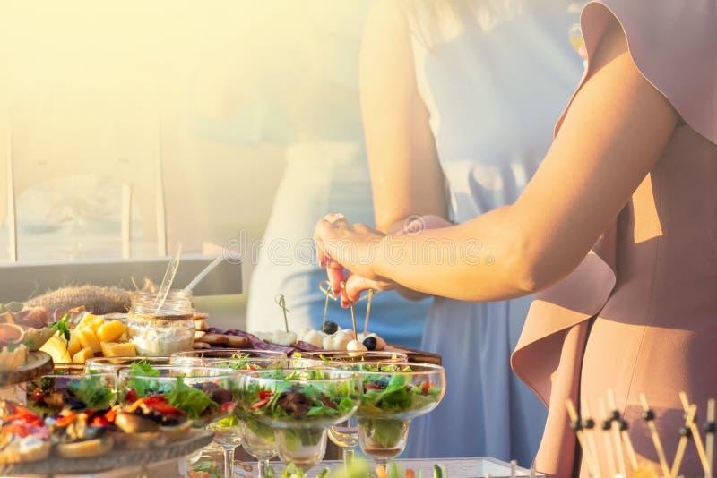 Karmowej catering kuchni bufeta przyjęcia Kulinarny Wyśmienity pojęcie przy słonecznym dniem zdjęcia stock