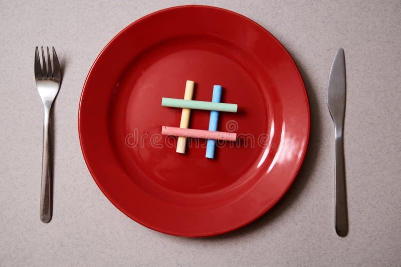 Karmowy blogging, blog, blogger i socjalny medialny pojęcie: symbolu hashtag na czerwonym talerzu Mieszkanie nieatutowy zdjęcia stock