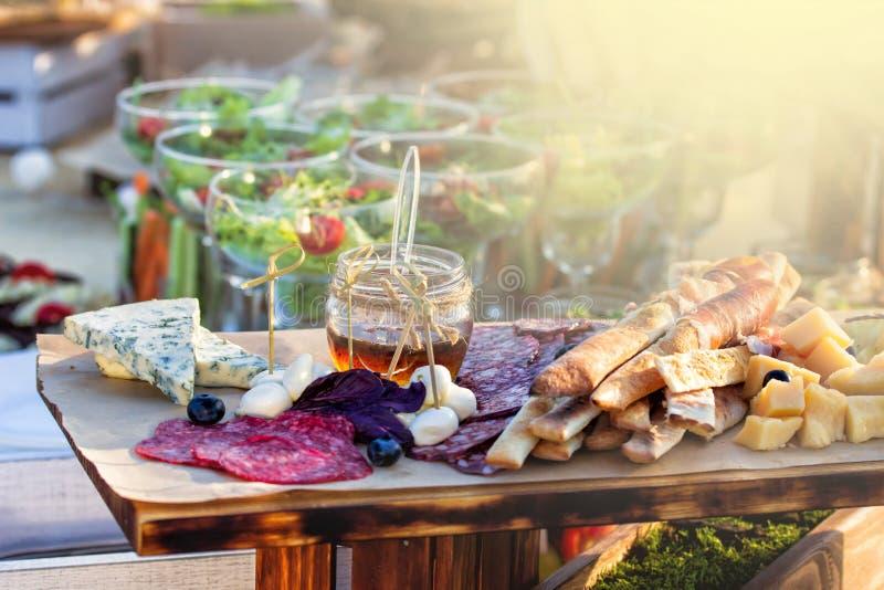 Karmowy bufeta catering Łomota łasowania udzielenia Partyjnego pojęcie Ludzie grupują cateringu bufeta karmowy salowego w luksuso obraz stock