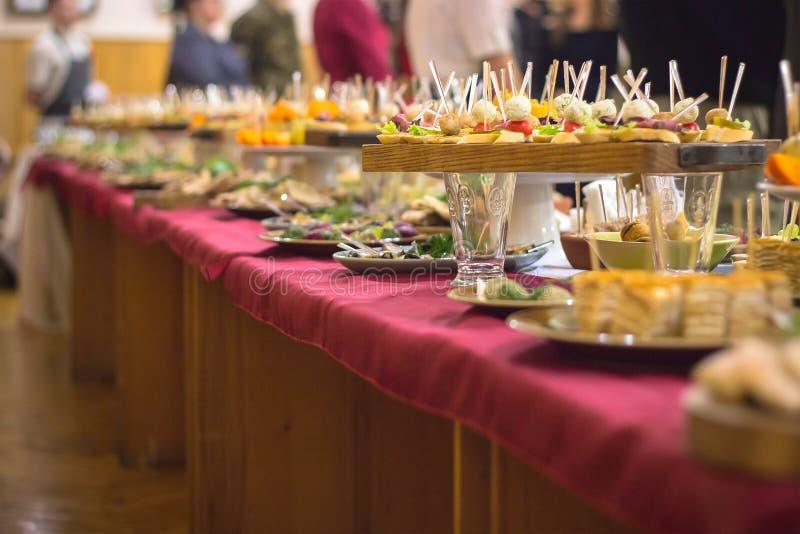 Karmowy bufeta catering Łomota łasowania Partyjnego pojęcie fotografia royalty free