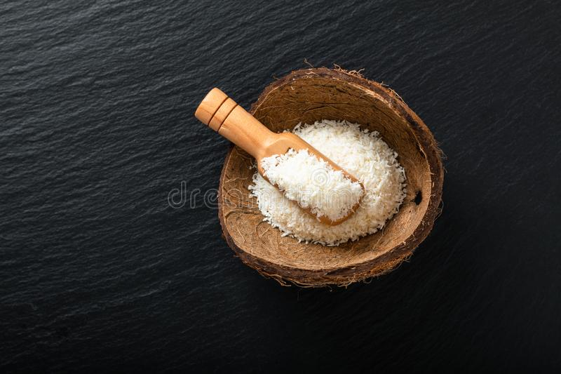 Karmowy organicznie wysuszony desiccated koks w kokosowej skorupie z kopii przestrzenią fotografia royalty free