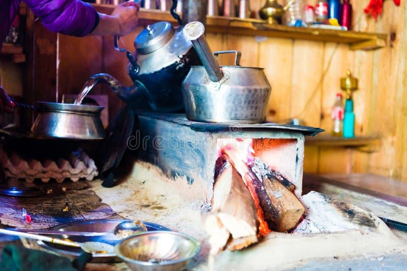 Karmowy przygotowanie przy lokalną restauracyjną stróżówką na trekking obwodzie w Annapurna konserwaci terenie, Nepal fotografia royalty free