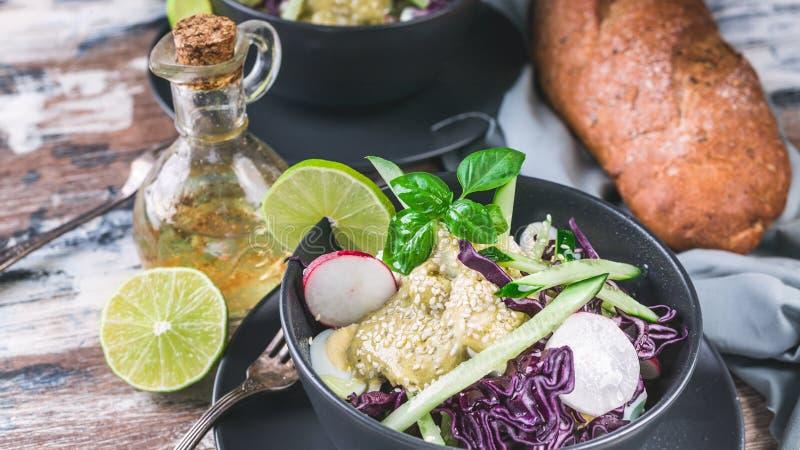 Karmowy sztandar Włoska ciabatta, oliwy z oliwek i świeżego warzywa sałatka w ciemnym pucharze, Sałatka z rzodkwią, czerwona kapu zdjęcia stock