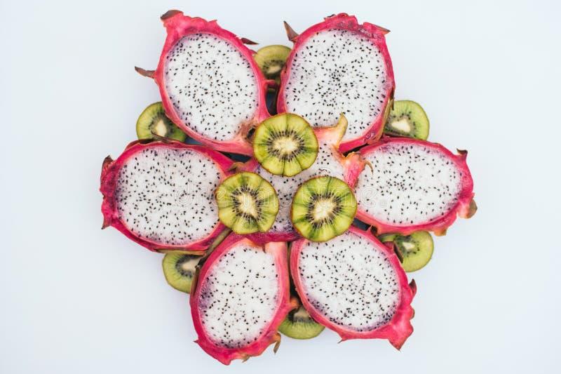 Karmowy sztuki poj?cie Pokrojony zielony kiwi i smok owoc tworzyliśmy w formie kwiat Świeża zdrowa egzotyczna owoc na białym tle zdjęcie royalty free