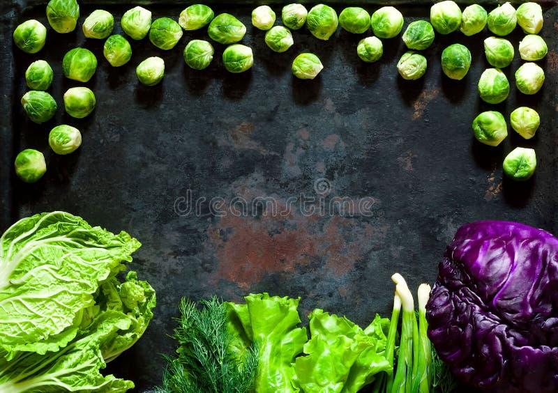 Karmowy tło różni typ świeże purpury, Chińska kapusta i Brussels flance na rocznika metalu ośniedziałym tle, obraz stock