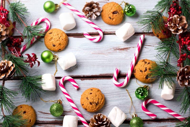 Karmowy tło z czekoladowym układem scalonym, ciastkami, marshmallows i cukierek trzcinami, zdjęcie royalty free
