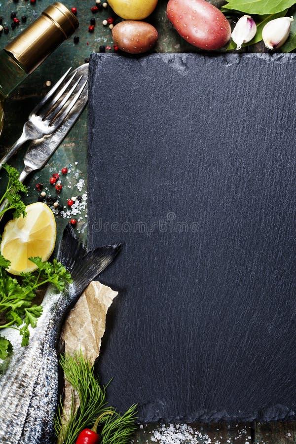 Karmowy tło z ryba i winem fotografia royalty free