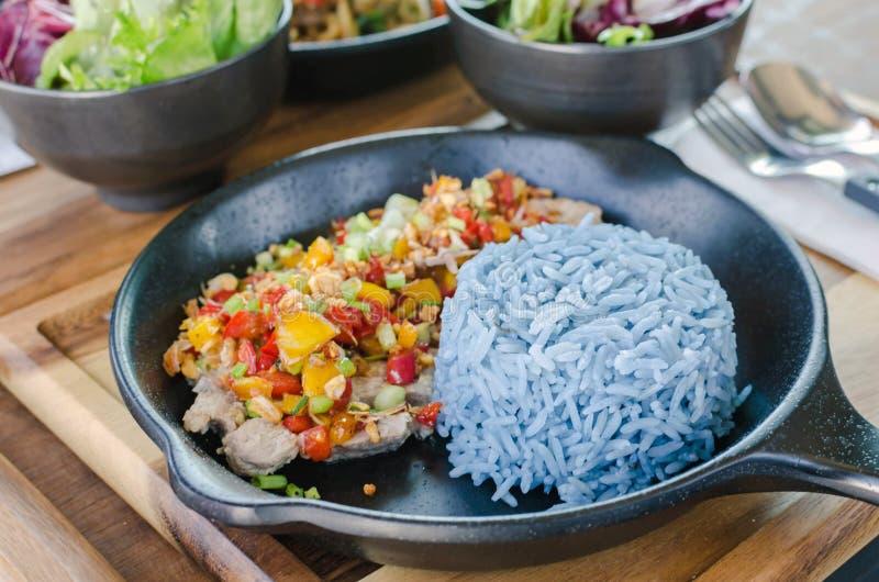 Karmowy zdrowy, czosnek wieprzowina z błękitnymi ryż, błękitny kolor robić od b obraz royalty free