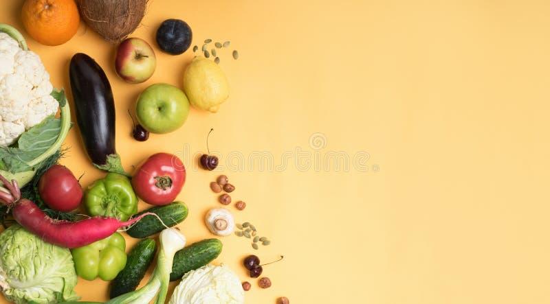 Karmowych fotografii różnych owoc i warzywo odosobniony żółty tło kosmos kopii zdjęcie royalty free
