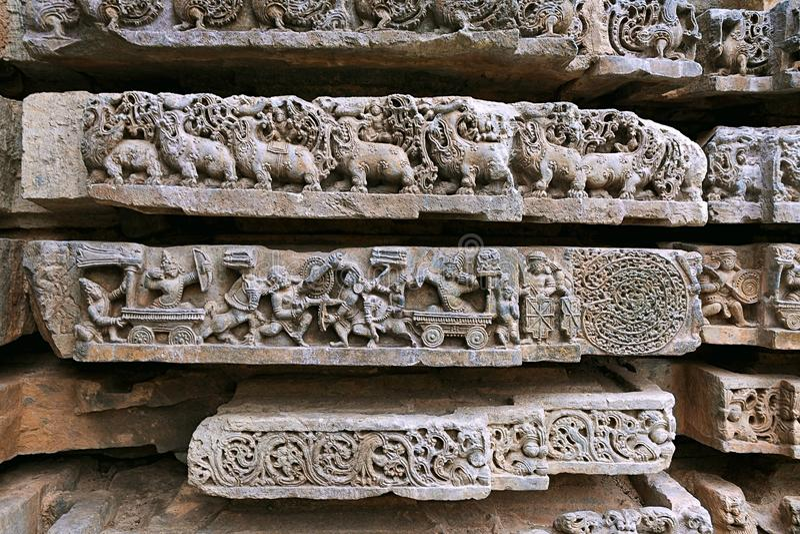 Karna-Arjuna krig, Abhimanyu som skriver in Chakravyuha eller Padmavyuha, Kedareshwara tempel, Halebid, Karnataka arkivfoton