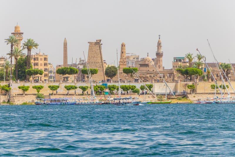 Karnak świątynia z obeliskiem i Muzułmański meczet na bankach rzeczny Nil w Luxor, Egipt obrazy royalty free