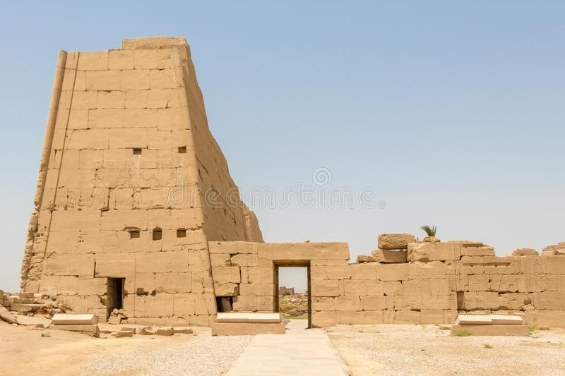 Side entrance to the Egyptian temple in Karnak, Luxor. Karnak is the modern-day name for the ancient site of the Temple of Amun at Thebes, Egypt. The Temple of stock images