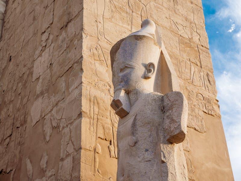 Karnak tempelstaty och obeliskdetalj som visar konungen Ramses royaltyfri bild