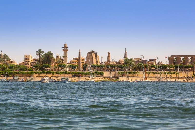 Karnaktempel bij de rivier van Nijl in Luxor, Egypte royalty-vrije stock foto's