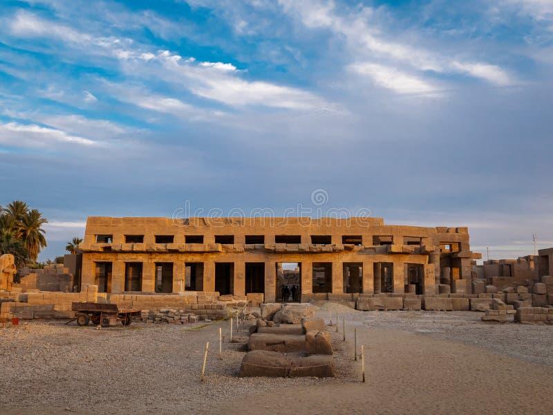 Karnaktempel bij zonsondergang in Luxor, Thebes, Egypte stock afbeeldingen