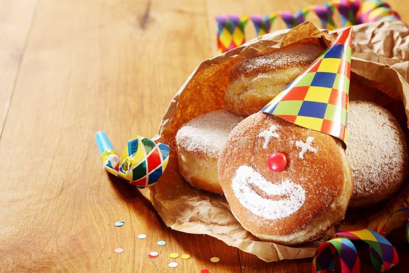 Karnawałów Sproszkowani Cukrowi Donuts na papierze fotografia stock