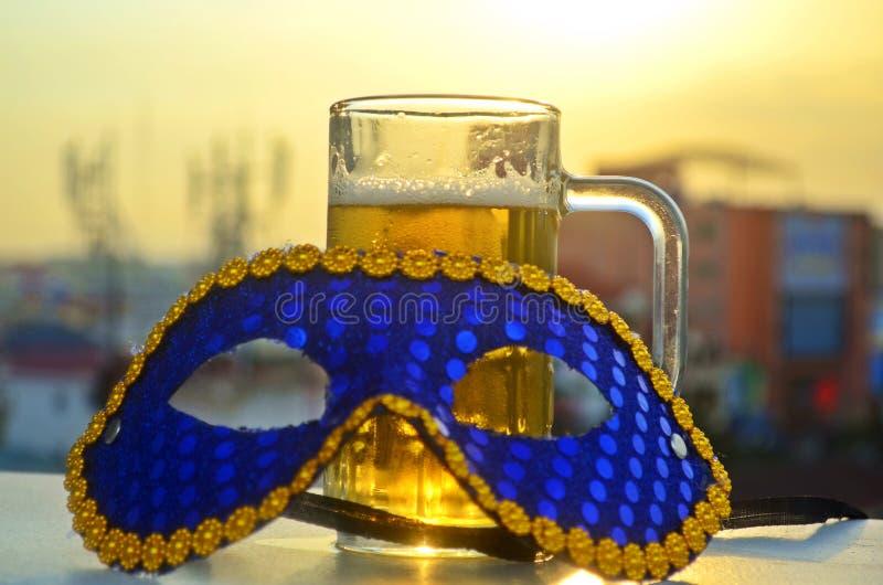 Karnawał maska i szkło piwo w słońcu fotografia stock