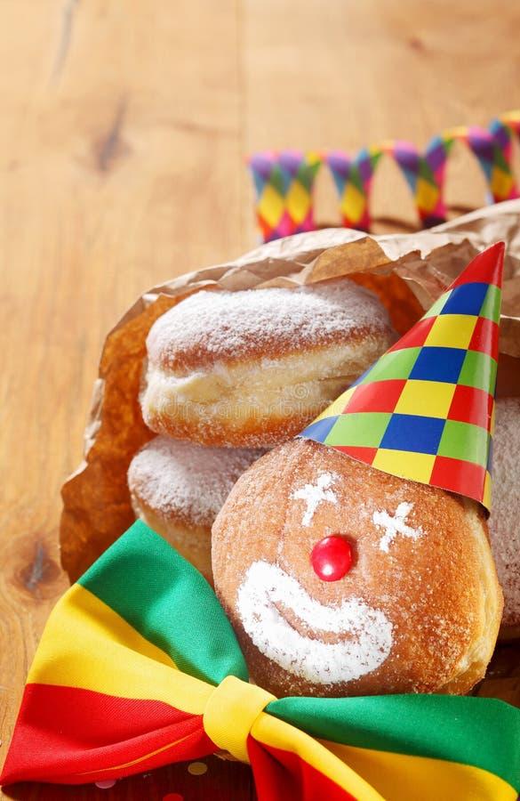 Karnawałowi Donuts Dekorujący z kapeluszem i faborkiem zdjęcia stock