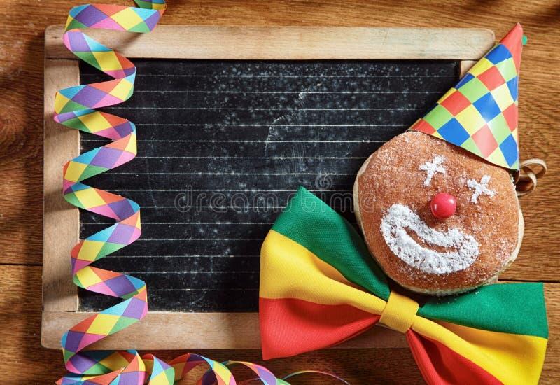 Karnawałowi Donuts z czerni deską przy plecy fotografia stock