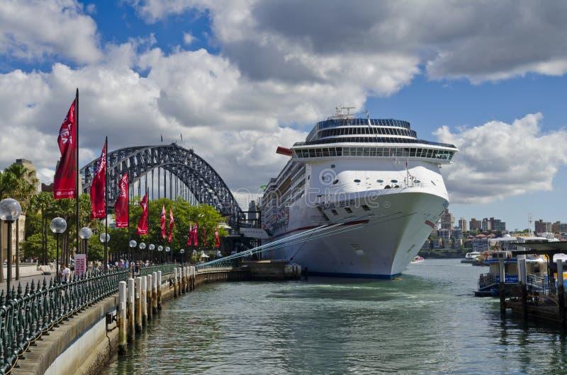 Karnawałowy legenda statek wycieczkowy, most i zdjęcie stock
