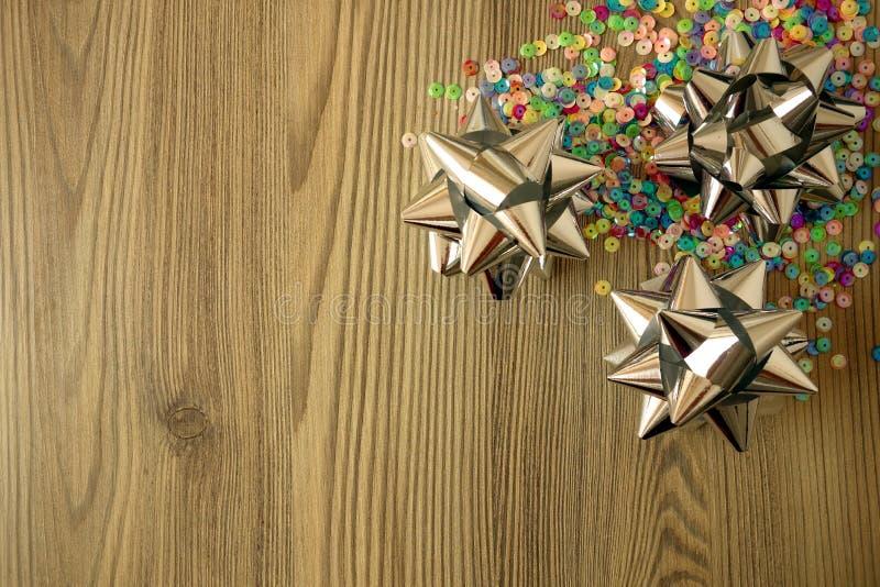 Karnawału lub przyjęcia urodzinowego tło z kolorowymi dekoracjami zdjęcia stock
