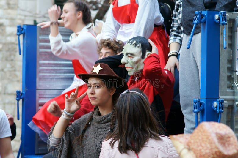 Karnawału przyjęcie Szczęśliwi ludzie z tradycyjnymi maskami, kostiumami i malującą twarzą, zdjęcia stock