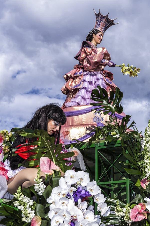 Karneval av Nice, blomma`-strid Denna är huvudvinterhändelsen av Rivieraen Flaggabärare royaltyfri foto