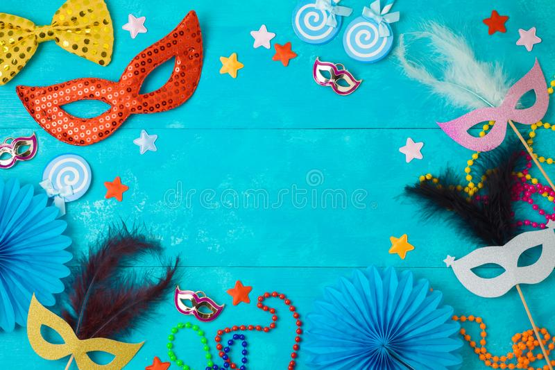 Karneval- eller mardigrasbakgrund med karnevalmaskeringar, skägg och fotobåsstöttor royaltyfria bilder