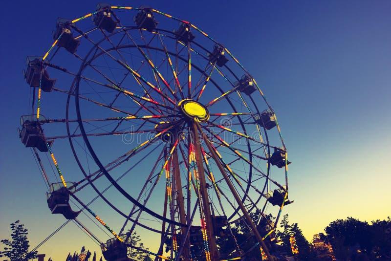 Karneval Ferris Wheel på natten arkivfoton