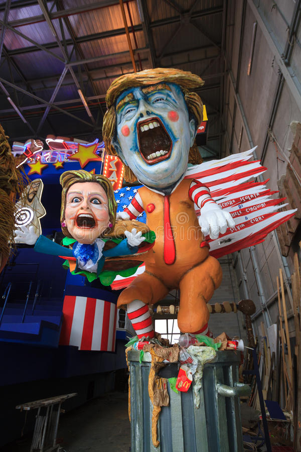 Karneval med Donald Trump karikatyr på den allegoriska vagnen i Viare royaltyfri foto