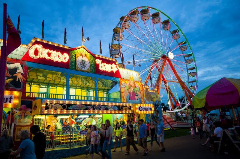 Karneval und Ferris Wheel am Abend stockfoto