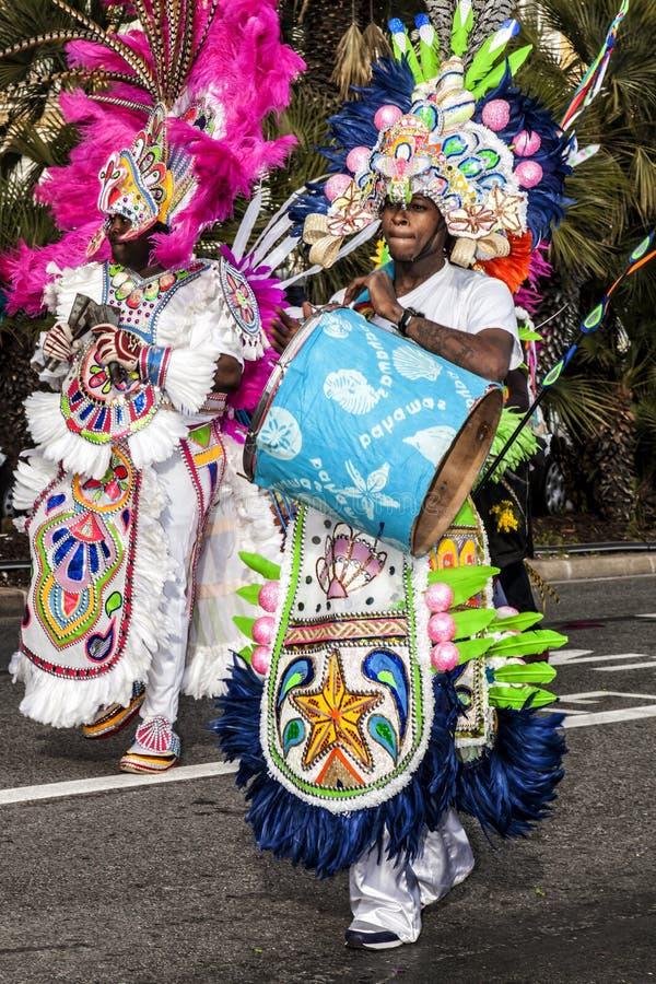 Karneval von Nizza, Blumen ` Kampf Parade von traditionellen Kostümen vom Polynesien stockbilder