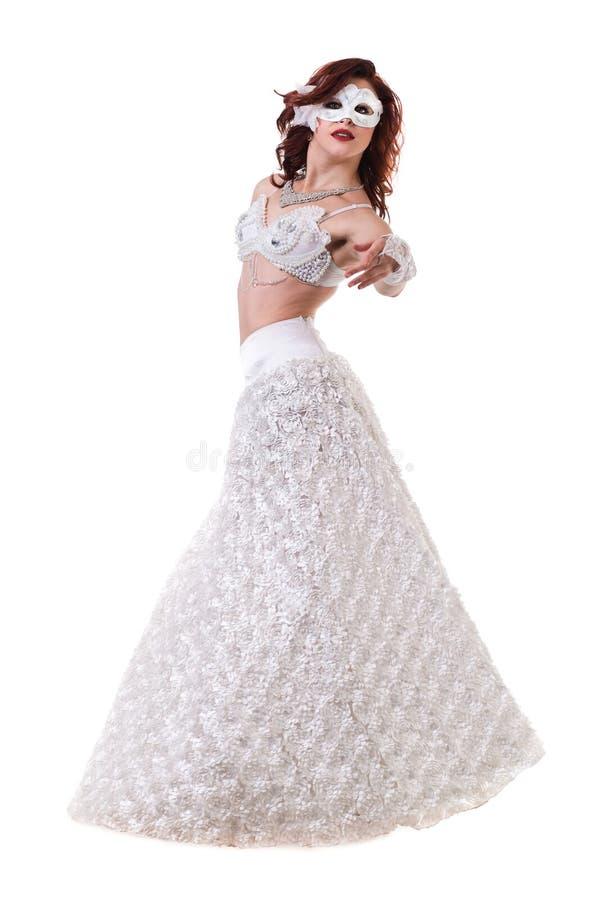 Karnevaldansareflicka som bär en maskeringsdans som isoleras på vit royaltyfri foto