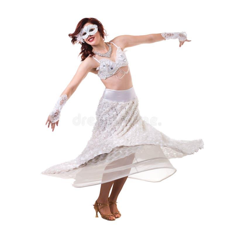 Karnevaldansareflicka som bär en maskeringsdans som isoleras på vit royaltyfri fotografi